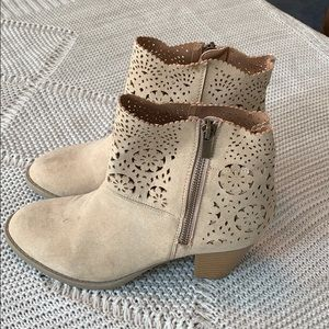 NWOT Adorable Tan Booties